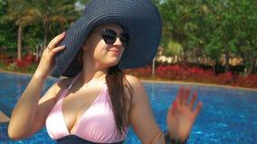 Bella ragazza in cappello blu vicino allo stagno Estate Sun stock footage