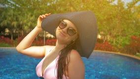 Bella ragazza in cappello blu vicino allo stagno Estate Sun Rallentatore video d archivio