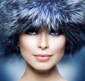 Bella ragazza in cappello di pelliccia Fotografie Stock