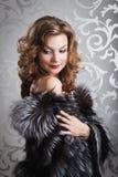 Bella ragazza in cappotto di pelliccia Fotografia Stock