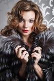 Bella ragazza in cappotto di pelliccia Fotografie Stock Libere da Diritti