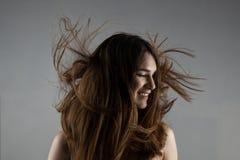 Bella ragazza castana con capelli ventosi Immagini Stock