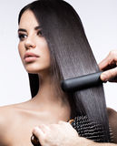 Bella ragazza castana con i capelli perfettamente lisci, un'arricciatura e un trucco classico Fronte di bellezza fotografia stock libera da diritti