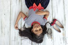 Bella ragazza castana con il vestito a strisce fotografia stock