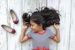 Bella ragazza castana con il vestito a strisce fotografie stock libere da diritti
