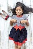 Bella ragazza castana con il vestito a strisce fotografia stock libera da diritti