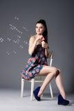 Bella ragazza castana con le bolle Fotografia Stock