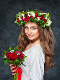 Bella ragazza castana con una composizione dei fiori Immagini Stock Libere da Diritti