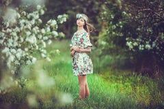 Bella ragazza castana in giardino di fioritura Immagine Stock Libera da Diritti