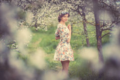 Bella ragazza castana in giardino di fioritura Fotografia Stock Libera da Diritti