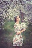 Bella ragazza castana in giardino di fioritura Fotografie Stock Libere da Diritti