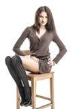 Bella ragazza castana nei sorrisi allegri hamming delle calze nere Fotografia Stock