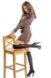 Bella ragazza castana nei sorrisi allegri hamming delle calze nere Immagine Stock