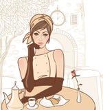 Bella ragazza castana nel caffè della via Fotografie Stock