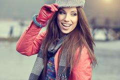 Bella ragazza castana nel parco di autunno Il da soleggiato caldo immagine stock
