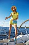 Bella ragazza castana sexy in yacht di viaggio di estate di trucco del vestito Fotografia Stock
