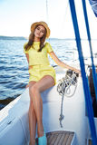 Bella ragazza castana sexy in yacht di viaggio di estate di trucco del vestito Fotografie Stock Libere da Diritti