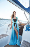 Bella ragazza castana sexy in yacht di viaggio di estate di trucco del vestito Fotografie Stock