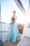 Bella ragazza castana sexy in yacht di viaggio di estate di trucco del vestito Fotografia Stock Libera da Diritti