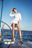 Bella ragazza castana sexy in yacht di viaggio di estate di trucco del vestito Immagine Stock Libera da Diritti