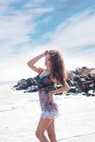 Bella ragazza castana in un breve vestito nel mare Immagini Stock Libere da Diritti