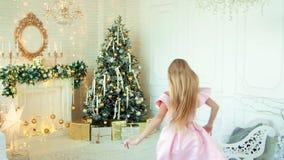 Bella ragazza che è in corsa per i regali di Natale stock footage