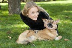 Bella ragazza che abbraccia cane fotografia stock