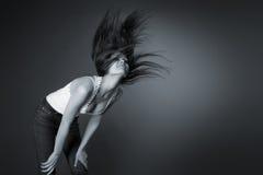 Bella ragazza che agita la sua testa, monocromatica Fotografia Stock Libera da Diritti