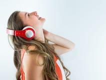 Bella ragazza che ascolta la musica sulle cuffie Fotografia Stock Libera da Diritti