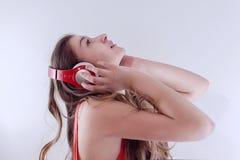Bella ragazza che ascolta la musica sulle cuffie Immagini Stock