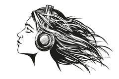 Bella ragazza che ascolta la musica sullo schizzo disegnato a mano dell'illustrazione di vettore delle cuffie Fotografia Stock
