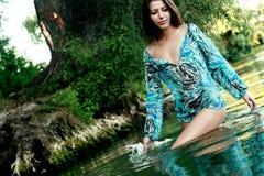 Bella ragazza che bagna in un lago Fotografia Stock Libera da Diritti