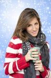 Bella ragazza che beve il backr caldo dei fiocchi di neve della bevanda fotografia stock libera da diritti