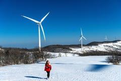 Bella ragazza che cammina nel paesaggio di inverno del cielo e della strada di inverno con neve Immagini Stock Libere da Diritti