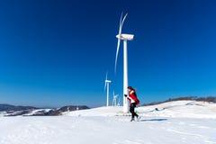 Bella ragazza che cammina nel paesaggio di inverno del cielo e della strada di inverno con neve Immagine Stock