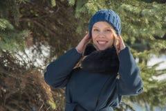 Bella ragazza che cammina nel parco della città di inverno con una borsa e una bevanda fotografia stock libera da diritti