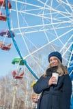 Bella ragazza che cammina nel parco di inverno e bere caff? caldo delizioso immagini stock libere da diritti