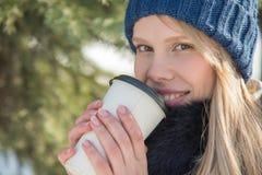 Bella ragazza che cammina nel parco di inverno e bere caff? caldo delizioso immagine stock libera da diritti