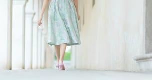 Bella ragazza che cammina in una città antica