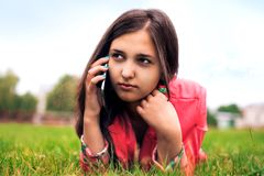 Bella ragazza che comunica sul telefono Fotografia Stock