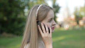 Bella ragazza che comunica sul telefono archivi video