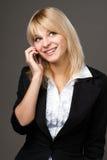 Bella ragazza che comunica sul telefono mobile Immagini Stock