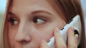 Bella ragazza che comunica sul telefono mobile Affronti il primo piano archivi video