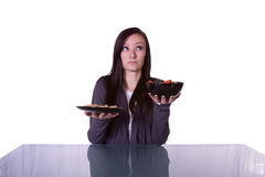 Bella ragazza che decide che cosa mangiare Immagine Stock