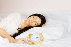 Bella ragazza che dorme nel pigiama bianco Fotografie Stock Libere da Diritti