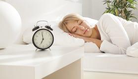 Bella ragazza che dorme nel suo letto Fuoco sul fronte Fotografia Stock Libera da Diritti