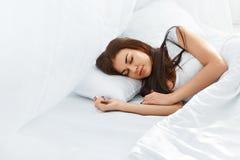 Bella ragazza che dorme nella camera da letto Fotografie Stock Libere da Diritti