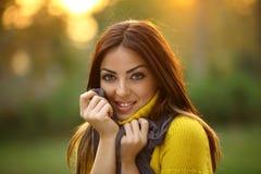 Bella ragazza che esamina la macchina fotografica Fotografia Stock