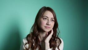 Bella ragazza che esamina meditatamente la distanza archivi video