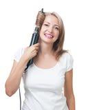 Bella ragazza che fa acconciatura con la spazzola per capelli Fotografia Stock